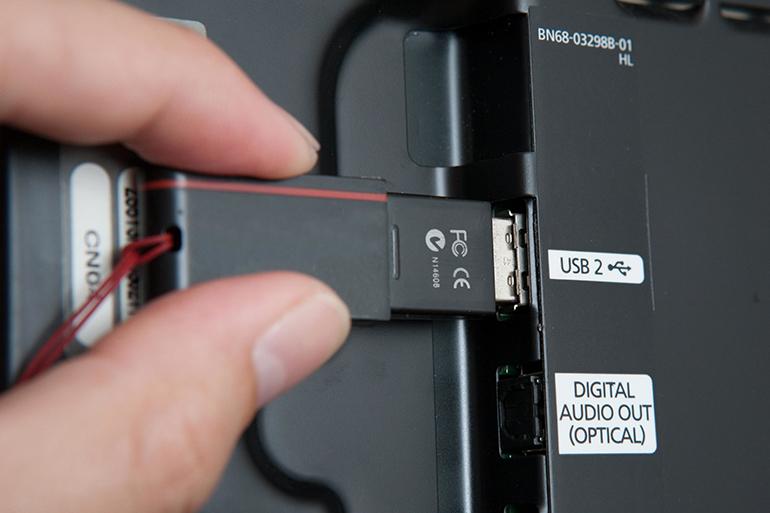 Через USB-накопитель